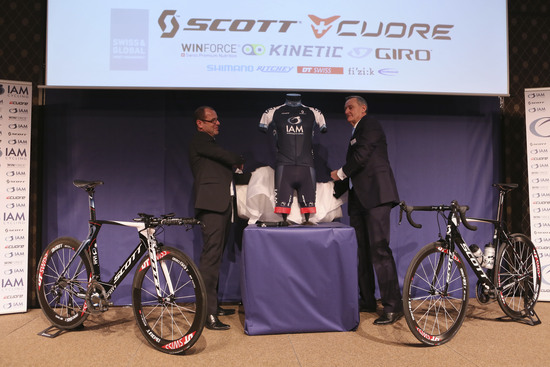 Michel Thétaz (r.) and Sports Director Serge Beucherie revealing the IAM Cycling jersey.