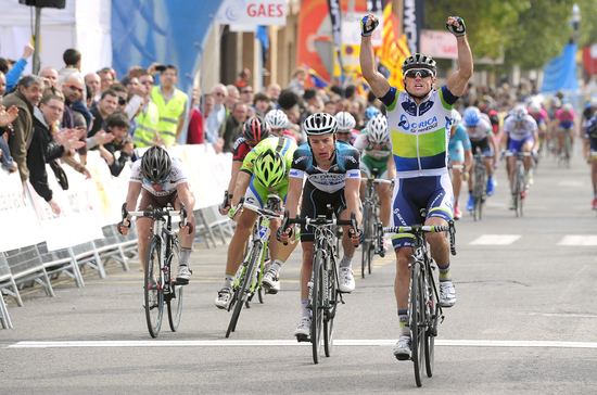 Simon Gerrans outsprints competitors